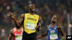 Pelari Jamaika Usain Bolt berhasil memenangkan kompetisi lari 200 meter dalam semifinal Olimpiade Musim Panas 2016 di stadion Olimpiade Rio de Janeiro, Brazil, 17 Agustus 2016 (AP Photo/David J. Phillip)
