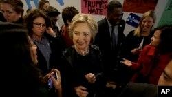 Ứng cử viên Đảng Dân chủ Hillary Clinton chào đón những người ủng hộ khi bà tới thăm văn phòng chiến dịch tranh cử ở Oakland, California, ngày 6 tháng 5 năm 2016.