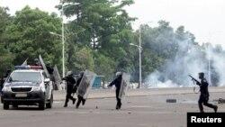 Des policiers dispersant des manifestants à Kinshasa, 19 septembre 2016.