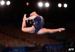 La estadounidense Sunisa Lee compite en el evento de barra de equilibrio de la final completa femenina de gimnasia artística durante los Juegos Olímpicos de Tokio 2020 en el Centro de Gimnasia Ariake en Tokio el 29 de julio de 2021.