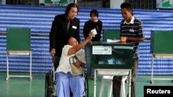 Rakyat Thailand mendatangi TPS di Bangkok untuk memberikan suara untuk UUD baru.