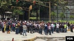 Decenas de personas salieron a las calles para protestar, cerrando el paso en calles de Caracas y otras ciudades. (Foto: Carolina Alcalde, VOA)