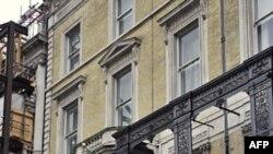 Sĩ quan cảnh sát Anh trước Đại sứ quán Libya ở trung tâm London
