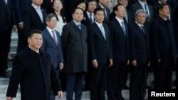 中國國家主席習近平在北京人大會堂的一個儀式上走過一批中國高官。 (2019年10月25日)
