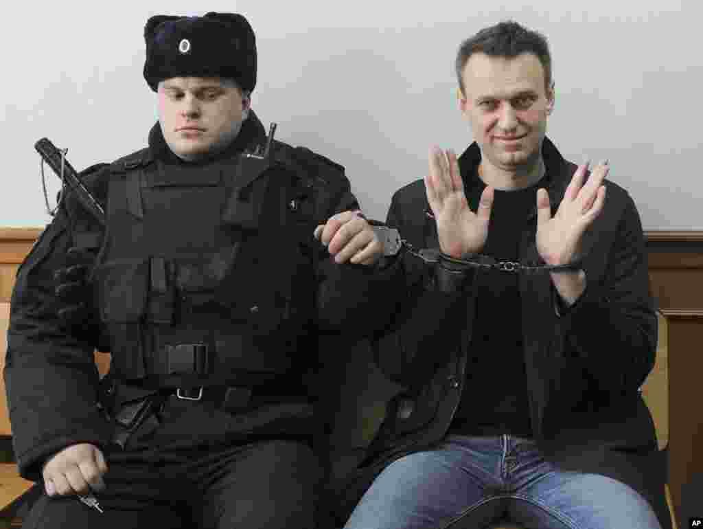 ژست خبری آلکسی ناوالنی رهبر مخالفان روسیه در دادگاه در مسکو.