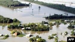 Nước lũ đã nhận chìm gần 70.000 nhà cửa và làm tắc nghẽn đường sá lưu thông