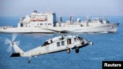 ឧទ្ធម្ភាគចក្រ MH-60S Sea Hawk រៀបចំចុះចត នៅសមុទ្រពែករបស់អារ៉ាប់ នៅក្នុងរូបភាពរបស់កងទ័ពជើងទឹកអាមេរិក ដែលថតនៅថ្ងៃទី៦ ខែមេសា ឆ្នាំ២០១៦។