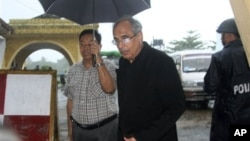 ျမန္မာႏုိင္ငံဆုိင္ရာ ကုလသမဂၢ အထူးအႀကံေပးပုဂၢိဳလ္ Vijay Nambiar ရခိုင္ျပည္နယ္ စစ္ေတြေလဆိပ္ကို ဆိုက္ေရာက္လာစဥ္ (၁၄ ဇြန္ ၂၀၁၂)