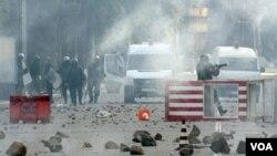 Aksi kekerasan dan pertempuran terjadi di ibukota Tunisia, Tunis, Minggu 16 Januari 2011.