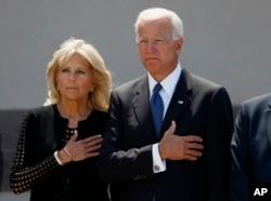 រូបឯកសារ៖ លោក Joe Biden និងភរិយា លោកស្រី Jill Biden គោរពដល់សាកសពលោក ព្រឹទ្ធសភា John McCain។