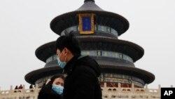 2017年2月7日,北京天坛公园戴口罩的游客。美联社说,北京三面环山,有将近2200万人,需要采取进一步措施解决空气污染问题