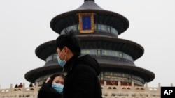 2017年2月7日,北京天壇公園戴口罩的遊客。美聯社說,北京三面環山,有將近2200萬人,需要採取進一步措施解決空氣污染問題