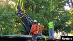一座矗立在美国密苏里州圣路易斯市一个公园里的哥伦布塑像被移除。(2020年6月16日)