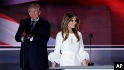 Le candidat républicain Donald Trump applaudit l'entrée en scène de son épouse à la convention de Cleveland, le 18 juillet 2016. (AP Photo/J. Scott Applewhite)