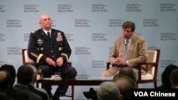美国陆军参谋长奥迪尔诺(左)在研讨会上 (美国之音林枫拍摄)