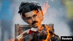 Người biểu tình đốt hình nộm Tổng thống Nicolas Maduro ở Caracas, 20/4/14