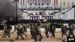 Военнослужащие Национальной гвардии рядом со зданием Капитолия, 6 января 2021 года