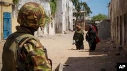 지난해 10월, 알 샤바브의 본거지였던 포트 키스마요에서 경계 근무 중인 케냐 병사. (자료사진)