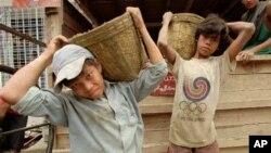 """Anak-anak di Myanmar bekerja pada sebuah perusahaan konstruksi di Rangoon (foto: ilustrasi). Pemerintah AS mengesahkan larangan terhadap impor barang hasil produksi """"kerja paksa"""", termasuk buruh anak-anak di bawah umur."""