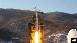En esta foto del 12 de diciembre de 2012, divulgada por la agencia oficial de noticias norcorerana, se ve el lanzamiento del cohete Unha-3.