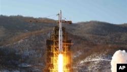 지난달 12일 북한 동창리 발사장의 은하3호 장거리 로켓 발사 장면.