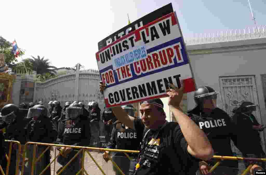 تھائی وزیراعظم ینگ لک شیناواترا نے حزب مخالف کے شدید مظاہروں کے بعد دسمبر میں پارلیمنٹ کو تحلیل کرتے ہوئے دو فروری کو انتخابات کے انعقاد کا اعلان کیا تھا۔