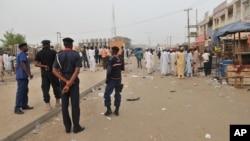 Pasukan keamanan Nigeria mengamankan lokasi serangan bunuh diri di sebuah pasar di Kano (18/11). Serangan bom bunuh diri kembali terjadi di dekat Kano hari Jumat 27/11.