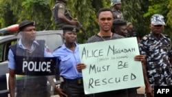 Un homme demande la libération d'Alice Nggadah à Abuja, au Nigeria, le 16 octobre 2018.