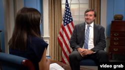 Zamenik pomoćnika državnog sekretara SAD Metju Palmer tokom intervjua za Glas Amerike