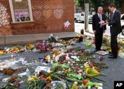 ສະມາຊິກສະພາສູງ ທ່ານ Tim Kaine, ຊ້າຍ, ແລະ ຜູ້ປົກຄອງເມືອງ Charlottesville ທ່ານ Michael Signer ຢ້ຽມຢາມ ອະນຸສອນສະຖານຊົ່ວຄາວ ວັນທີ 16 ສິງຫາ 2017, ບ່ອນນາງ Heather Heyer ໄດ້ເສຍຊີວິດ ໃນເວລາ ລົດຄັນໜຶ່ງ ແລ່ນເຂົ້າຕຳຝຸງຄົນ ທີ່ປະທ້ວງການເຕົ້າ ໂຮມຊຸມນຸມ ພວກຊາວຜິວຂາວຊາດນິຍົມ ໃນເມືອງ Charlottesville ລັດ Virginia.