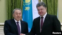 哈萨克斯坦总统纳扎尔巴耶夫(左)和乌克兰总统波罗申科握手(2014年12月)