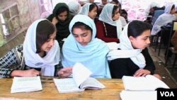 Anak-anak perempuan Afghanistan sedang belajar di sekolah.