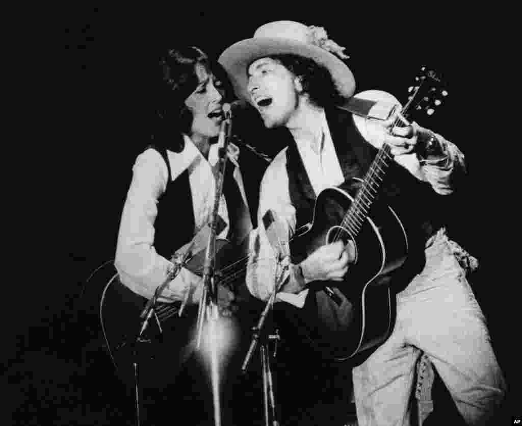 Bob Dylan is back on the road with his show visiting small town and cities. He is seen here with Joan Baez, in Providence, Rhode Island, Nov. 4, 1975.