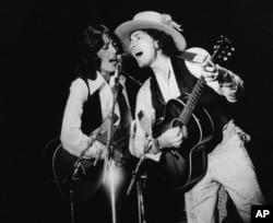 鲍勃·迪伦和女歌手琼·贝兹演唱歌曲(1975年)