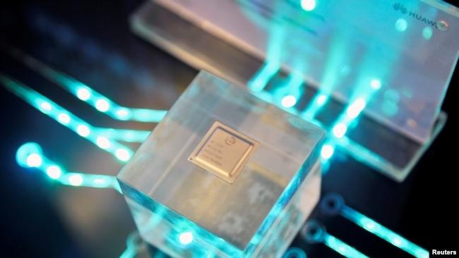 华为海思制作的芯片2019年3月21日在福建省福州举行的华为中国经济伙伴大会上展出。