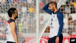 Valbuena (g.) et Benzema (d.) lors d'une session d'entraînement au Brésil, le 10 juin 2014. (AP Photo/David Vincent)