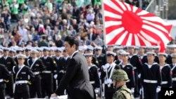 Thủ tường Nhật Shinzo Abe, duyệt đoàn quân danh dự của Lực lượng Phòng vệ Nhật Bản (SDF) tại căn cứ Asaka, bắc Tokyo, ngày 23/10/2016.