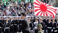 Yaponiya baş naziri Şinzo Abe Yaponiya Özünü-Müdafiə Qüvvələrinin üzvlərini salamlayır. Asaka Bazası, Tokyo. 23 oktyabr, 2016.