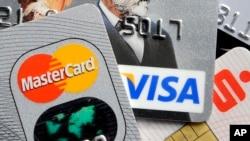 Beberapa kartu kredit dan kartu bank dengan cip elektronik. (Foto: Ilustrasi) Data kartu kredit pada platform jual-beli online belum tentu aman dari kemungkinan penyalahgunaan.