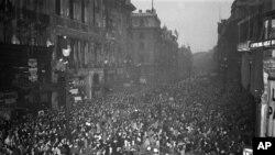 1945年5月7日英国平民和盟军服务的人群在伦敦聚集庆祝欧洲胜利日(资料照片)
