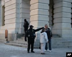 国会警察与民众交谈