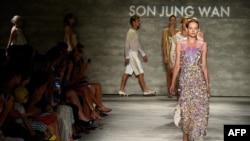 Para model memeragakan pakaian rancangan Son Jung Wan di Lincoln Center, New York (6/9).