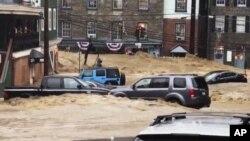 Una inundación recorre la avenida principal de Ellicott City, Maryland, el domingo 27 de mayo de 2018. (Libby Solomon/The Baltimore Sun vía AP)