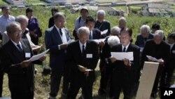 지난 1일 북한을 방문해 성묘한 일본 유족들. (자료 사진)