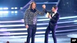 Ryan Seacrest, kanan, mengumumkan Caleb Johnson sebagai pemenang American Idol XIII di Nokia Theatre, Los Angeles (21/5). (AP/Invision/Paul A. Hebert)