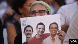 Kayıp gençlerin fotograflarıyla gösteri yapan İsrailliler
