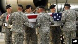Peti jenazah seorang tentara AS dari Afghanistan tiba di Pangkalan Udara Dover, Delaware (Foto: dok). NATO dan Afghanistan bersilang pendapat terkait serangan di sistrik Sayd Abad yang menewaskan dua warga AS dan tiga tentara Afghanistan (29/9).