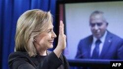 Državna sekretarka Hilri Klinton pozdravlja palestinskog premijera, Salama Fajeda, tokom video konferencije, 10. novembar, 2010.