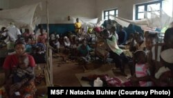 Les patients sont installés sur des nattes à même le sol dans les salles et les couloirs de l'hopital. Presque tous souffrent d'une forme sévère de paludisme.
