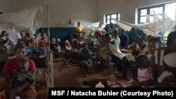 Les patients sont installés sur des nattes à même le sol dans les salles et les couloirs de l'hopital de Pawa. Presque tous souffrent d'une forme sévère de paludisme.
